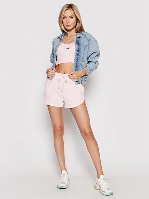Stylische Modelle im Sommer-Style Shorts